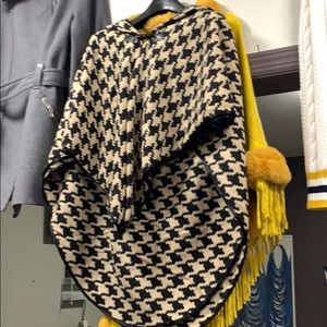 Sweaters - 💥❤️🔥Houndstooth Brown Black Poncho
